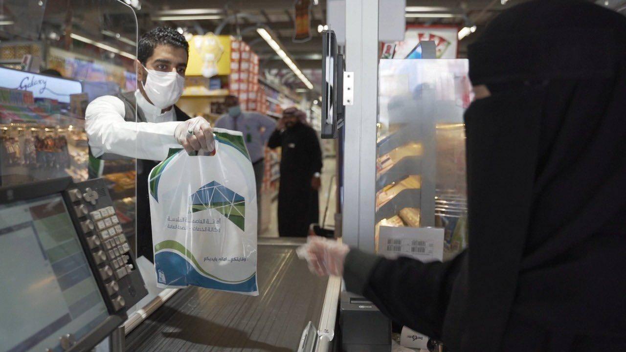Warga Mekah Arab Saudi Dibagi Hand Sanitizer Gratis