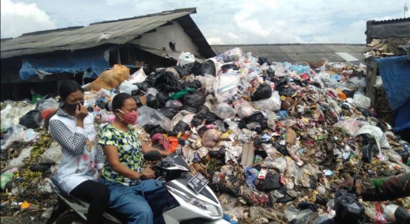 Sampah di TPS Pasar Baru Majalaya Dibiarkan Menumpuk, Timbulkan Bau Menyengat