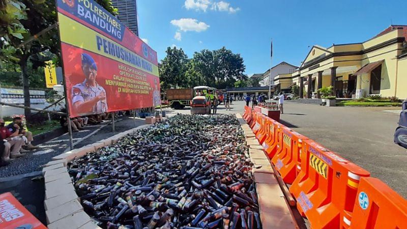 Jelang Lebaran, Polrestabes Bandung Musnahkan 14 Ribu Botol Miras