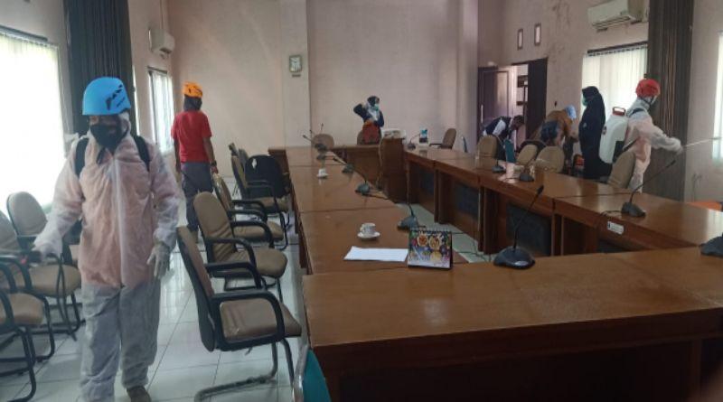 Usai Lakukan Rapid Test, Gedung DPRD Banjar Disemprot Disinfektan