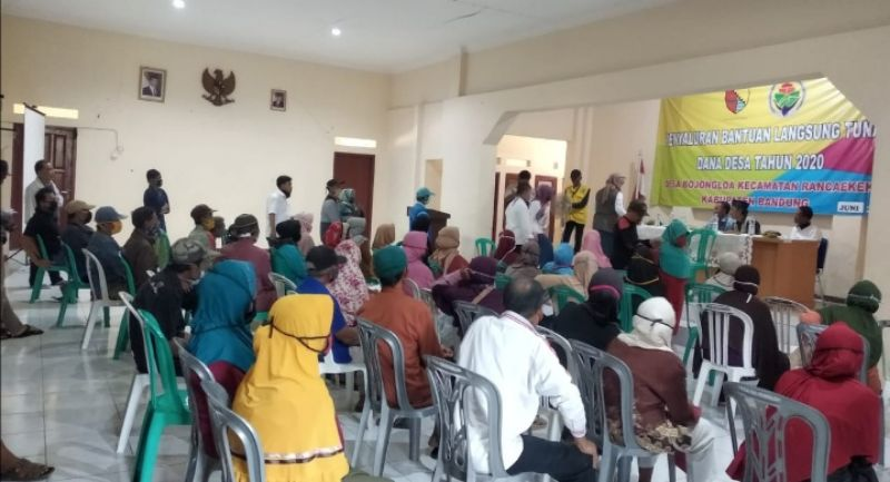 Warga Desa Bojongloa Rancaekek Terima BLT-DD Tahap 2