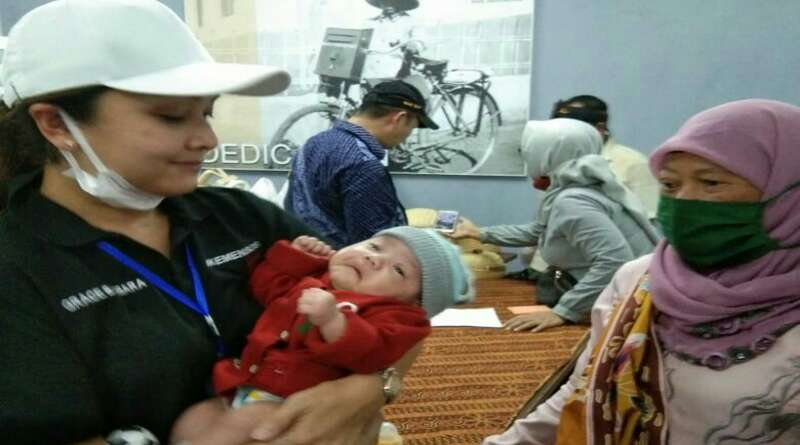 Istri Mensos Gendong Bayi Putra Pejuang TKSK yang Gugur Saat Bertugas