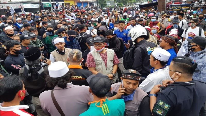 """Posting Foto dengan Judul """"Adek2ku Calon Teroris yang Abang Sayang"""", Denny Siregar Dilaporkan ke Polisi"""