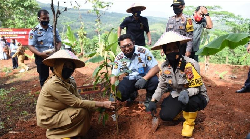 Dukung Ketahanan Pangan, Kapolres Banjar Bersama Forkopimda Tanam Pohon di Lahan Lapas