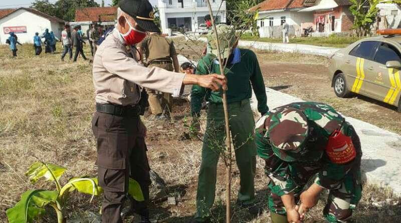 Kapolsek Bersama Danramil  Tanam Pohon di Halaman Kantor Kelurahan Muktisari
