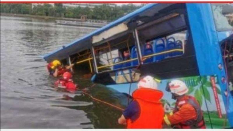 Sopir Mabuk Arak Ceburkan Bus ke Danau, 20 Penumpang Tewas