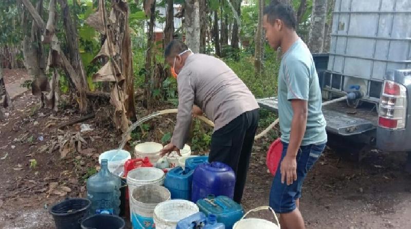 Sumur Warga Mulai Kering, Polsek Cineam Distribusikan Air Bersih ke Dua Desa