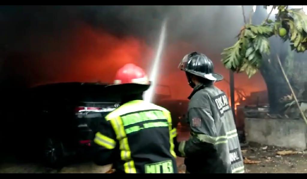 Kerugian Ditaksir 1 Miliar,  4 Unit Mobil dan Gudang Sparepart Mobil Terbakar