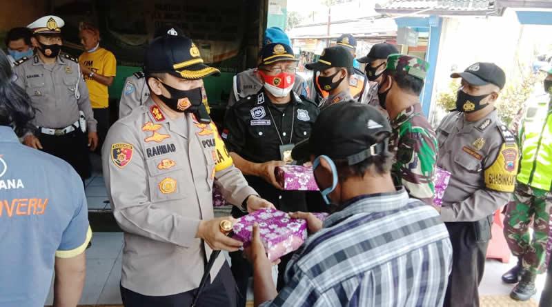 Kapolres Salatiga Bagikan Nasi Kotak Dan Masker Terminal Tingkir