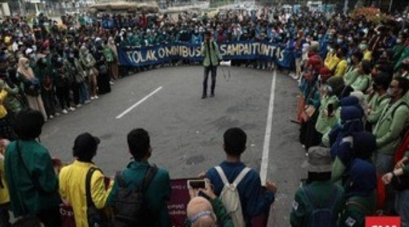 Satu Tahun Jokowi-Ma'ruf: Gagal Tembus Istana, Pendemo Minta Kawat Berduri Cabut Omnibus Law