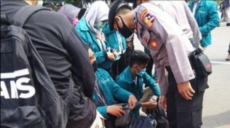 Takut Bawa Batu, Tas Mahasiswa Pendemo Diperiksa Polisi