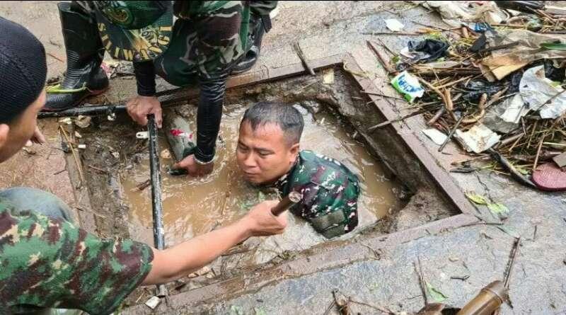 KIPRAH: Anggota TNI Selami Parit  Bersihkan Sampah hingga Dapat 5 Kuintal