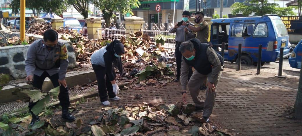 Peduli Lingkungan, Muspika dan KUC Bersihkan Alun-Alun Ciparay