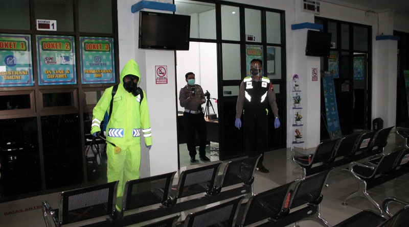 Ruang Pelayanan Satpas SIM Polres Pekalongan Disemprot Disinfektan
