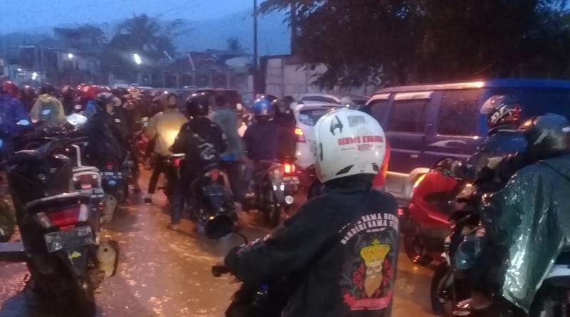 "Hujan Deras, Jalan Raya Laswi Kp. Cangkring Kembali ""Tenggelam"""