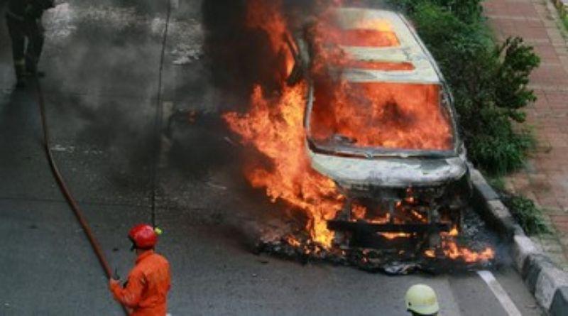 Pengemudi Avanza Tabrak Lari di Bandung hingga Mobil Terbakar
