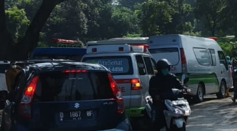 Ini SOP-nya, Ambulan Pembawa Jenazah Covid Antri ke Pemakaman Cikadut.