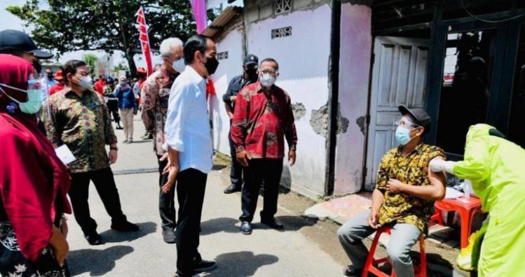 Kunjungi Tempat Pelelangan Ikan, Jokowi dan Ganjar Diburu Warga Untuk Foto Bersama