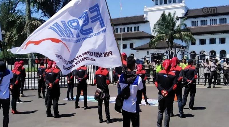 Kawal Pembahasan UMK, Puluhan Buruh Demo di Depan Gedung Sate